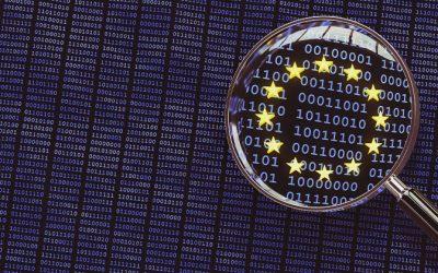 proteção de dados do consumidor: lupa sobre código binário, com símbolo da União Europeia